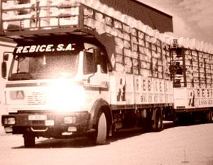 Antiguo camión de Rebice cargado de bidones metálicos